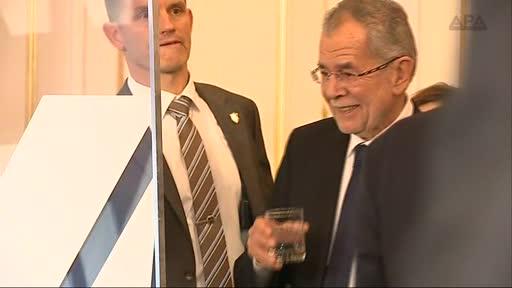 Elf Monate Wahlkampf finden ein Ende und Österreich hat einen neuen Bundespräsidenten. Alexander Van der Bellen gewinnt die Stichwahl am 4. Dezember mit 53,8 Prozent der Stimmen.
