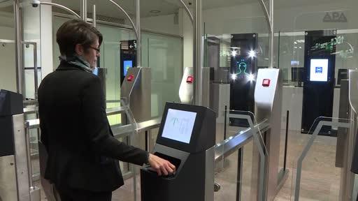 Auf dem Flughafen Wien in Schwechat läuft die Testphase mit E-Gates. Grenzkontrollen von Passagieren, die von außerhalb des Schengenraums ein- oder aus dem Schengenraum ausreisen, werden dabei durch eine automatisierte Gesichtsfelderkennung abgewickelt. Der Echtbetrieb soll Mitte Dezember starten.