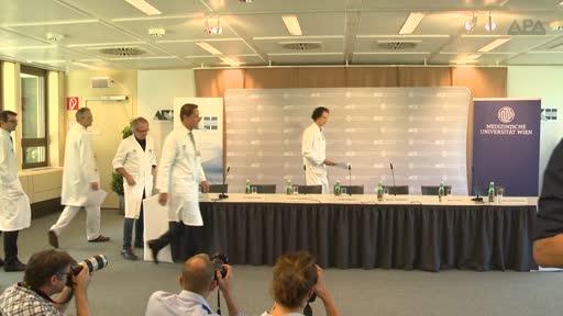 Niki Lauda ist bereits bei vollem Bewusstsein. Nach der Lungentransplantation sprachen seine Ärzte am Wiener AKH am Mittwoch von einem