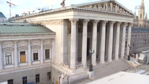 Die Generalsanierung des Parlaments läuft auf Hochtouren. Nach der kompletten Räumung des Gebäudes wurde zunächst das Glasdach über dem Nationalratssitzungssaal abgebaut. Abgebrochen wurden auch sämtliche Decken unter dem Plenarsitzungssaal bis hinunter zum zweiten Untergeschoß.